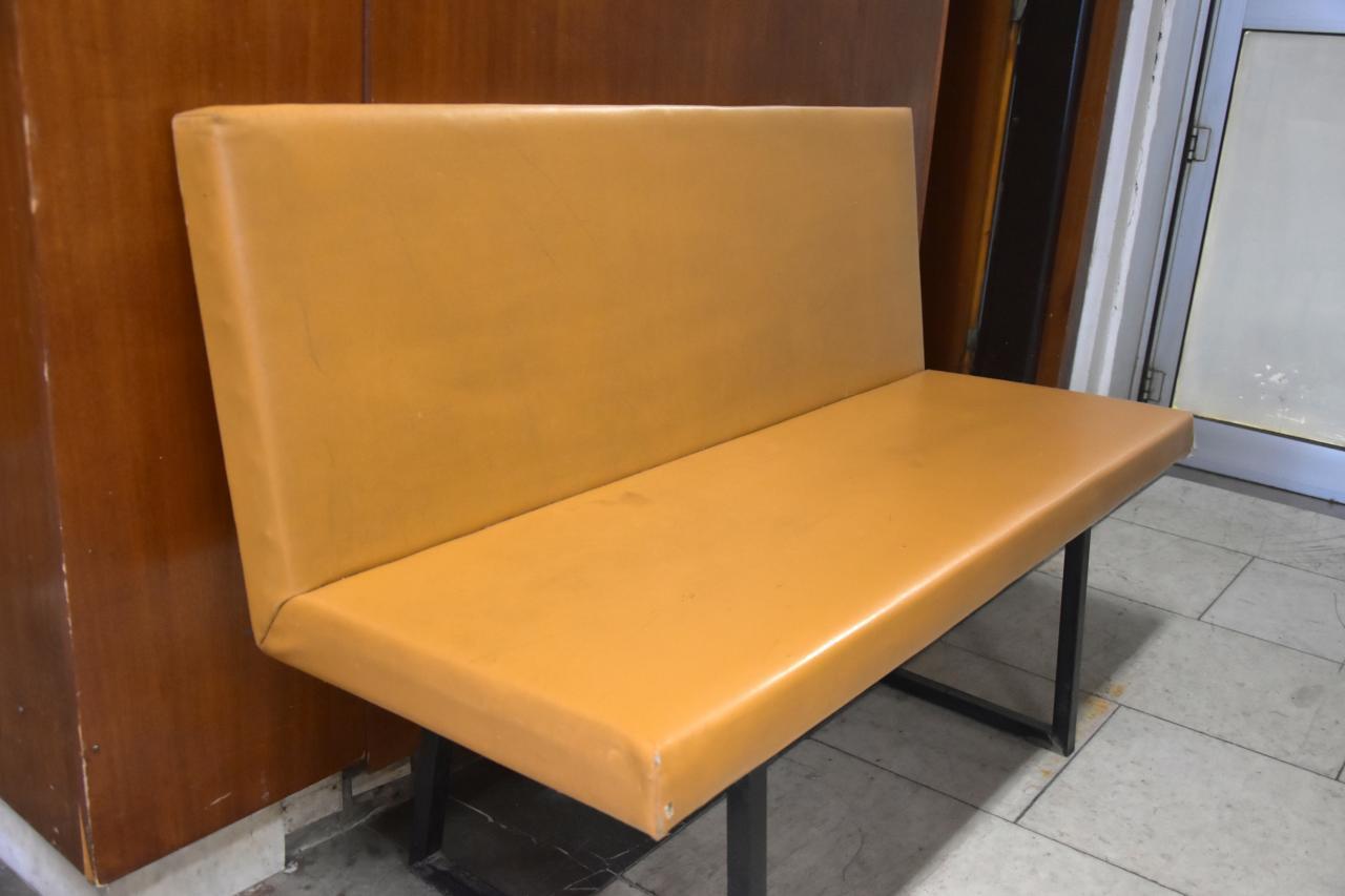 Staré nehezké lavice měníme za nové, hezké a praktické.